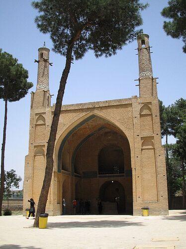 1280px-Menar-e-jomban_esfahan